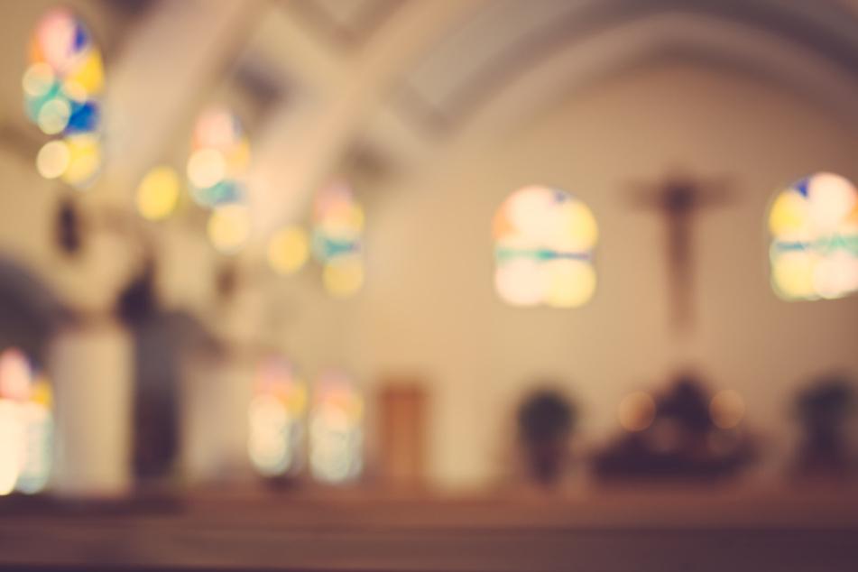 Pfarrer während Messe K.O. geschlagen, Helfer wird mit Bibel attackiert