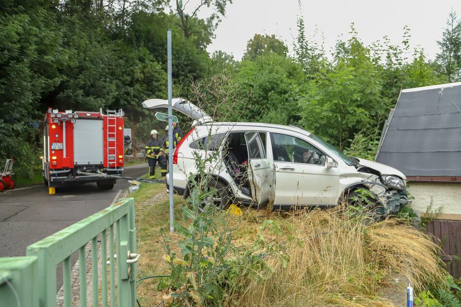 Unfall im Erzgebirge: Hyundai landet in Grundstück