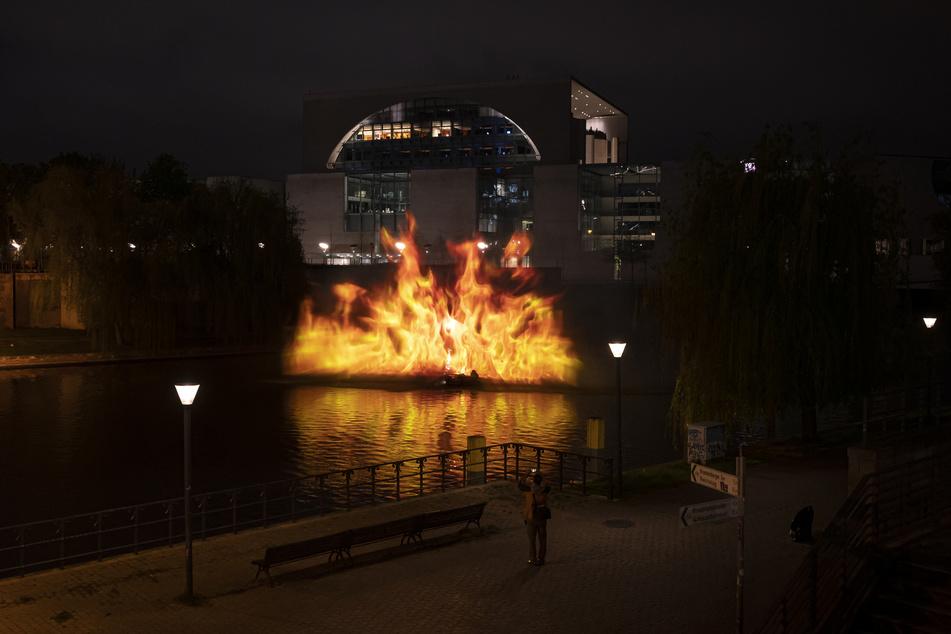 Sie projizierten ein Bild aus Flammen auf das Bundeskanzleramt.