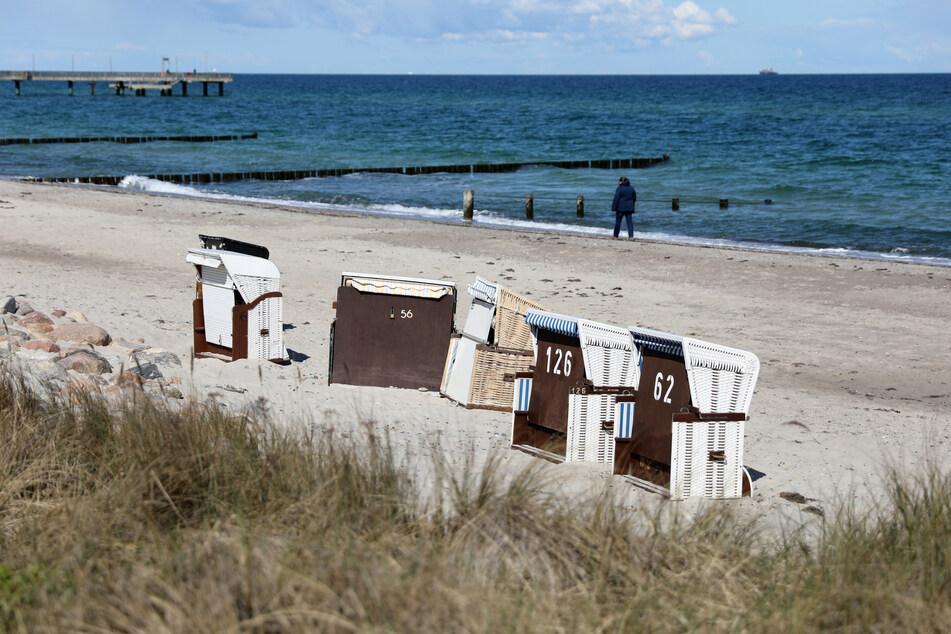 Die ersten Strandkörbe an der Ostsee stehen bereits.