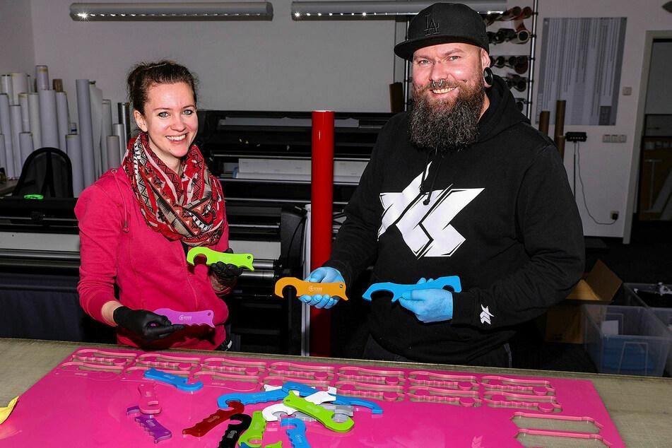 Helen Richter und Andreas Rösch (40) haben mit der Herstellung der kleinen Helfer jetzt wieder etwas zu tun.