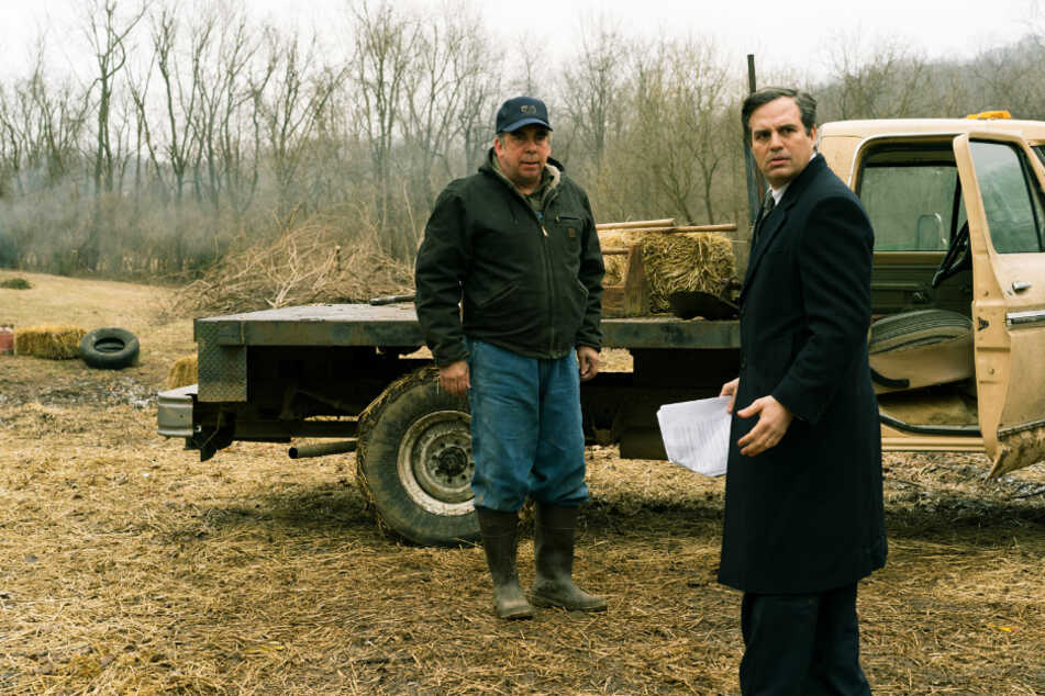 Anwalt Rob Bilott (r., Mark Ruffalo) wird auf der Farm von Wilbur Tennant (Bill Camp) auf die großen Missstände aufmerksam gemacht.