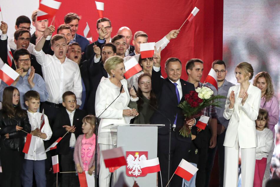 Andrzej Duda (48, Mi.re.), amtierender Präsident von Polen und Kandidat für das Amt des Präsidenten der PiS, neben seiner Frau Agata Kornhauser-Duda (Mi.li.) und Tochter Kinga (Mi.re).