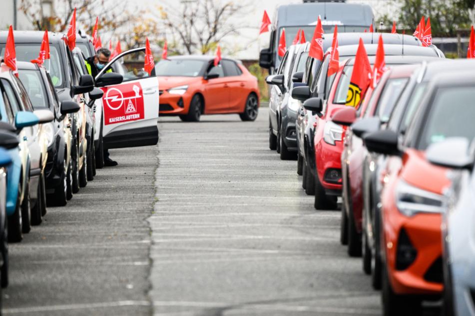 Beschäftigte am Opel-Stammsitz in Rüsselsheim demonstrieren mit einem coronakonformen Autokorso für ihren Kündigungsschutz.