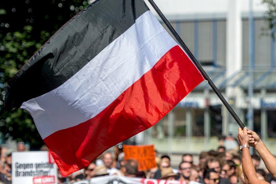 Ab Montag verboten: Männer hissen Reichsflagge auf Bremer Marktplatz