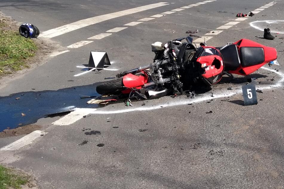Das Motorrad liegt nach dem Unfall auf der Straße.