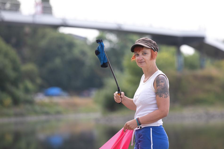 """Heike Brauer (45) von """"Wir lieben Elbe"""" sammelt mit ihren Mitstreitern regelmäßig Müll am Elbufer, den andere hinterlassen haben."""