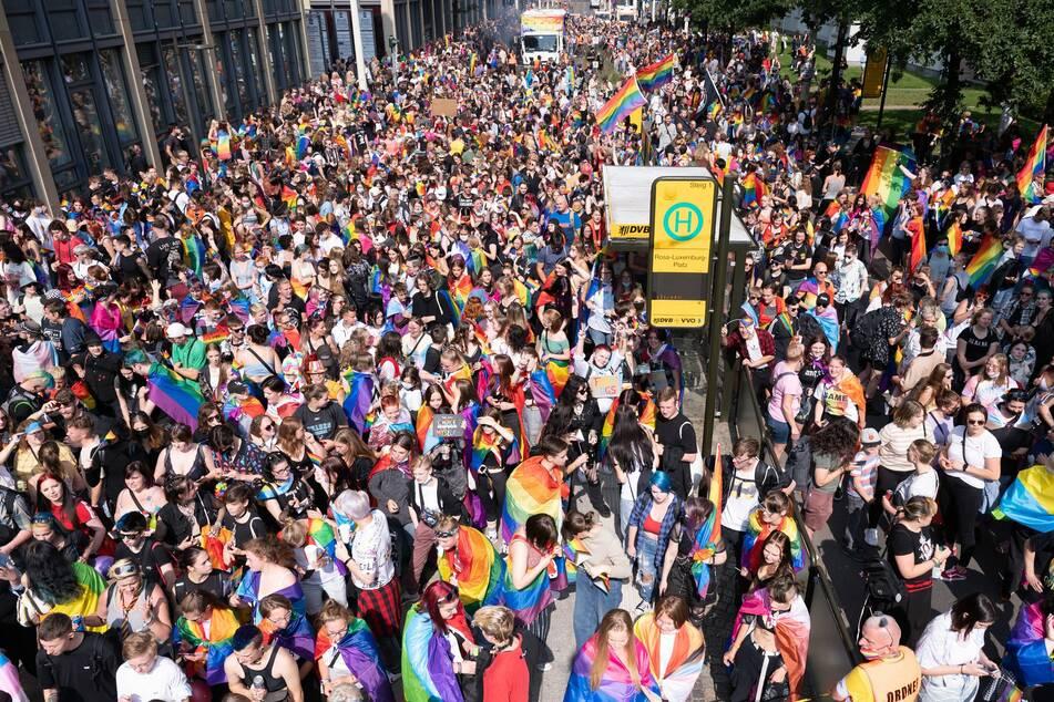 Hunderte Teilnehmer versammelten sich am Samstag am Rosa-Luxemburg-Platz.