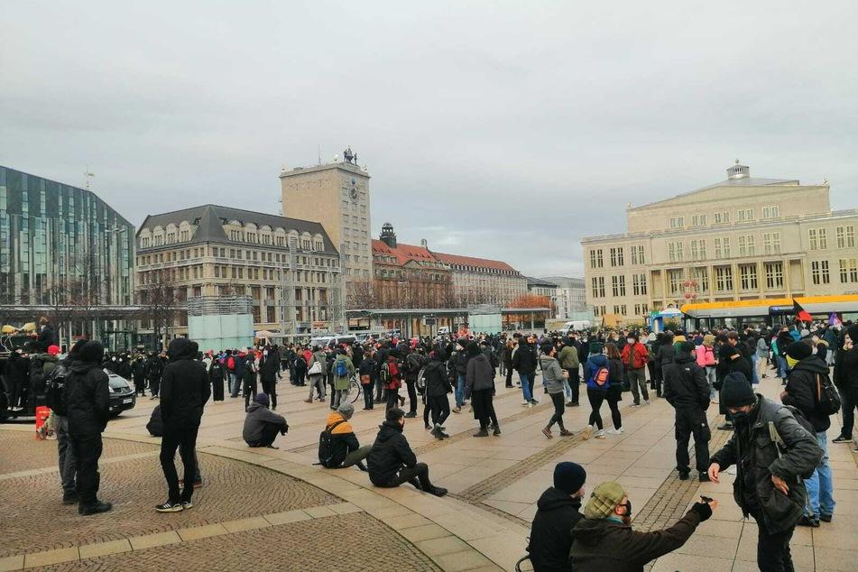 Der Augustusplatz füllt sich mit Teilnehmern der Gegendemo.