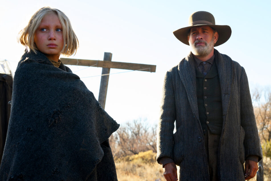 """Helena Zengel (12) spielt in """"Neues aus der Welt"""" das Waisenmädchen Johanna Leonberger, während Tom Hanks (64) Bürgerkriegs-Veteran Jefferson Kyle Kidd verkörpert."""