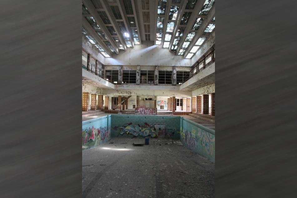 Das Dach undicht, Teile des Gebäudes einsturzgefährdet: So marode ist das Pieschener Sachsenbad.