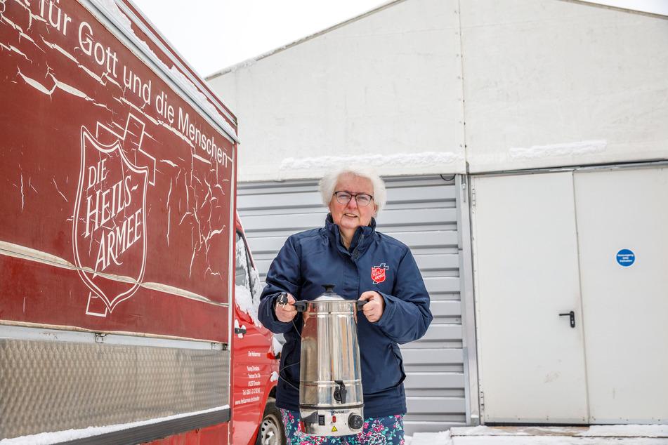 Rosi Scharf (59) von der Heilsarmee bringt Tee in die Wärmehalle.