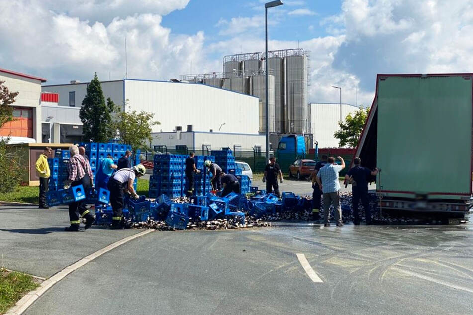 Über 12.000 Bierflaschen gingen wegen einer unzureichenden Ladungssicherheit kaputt. (Symbolbild)