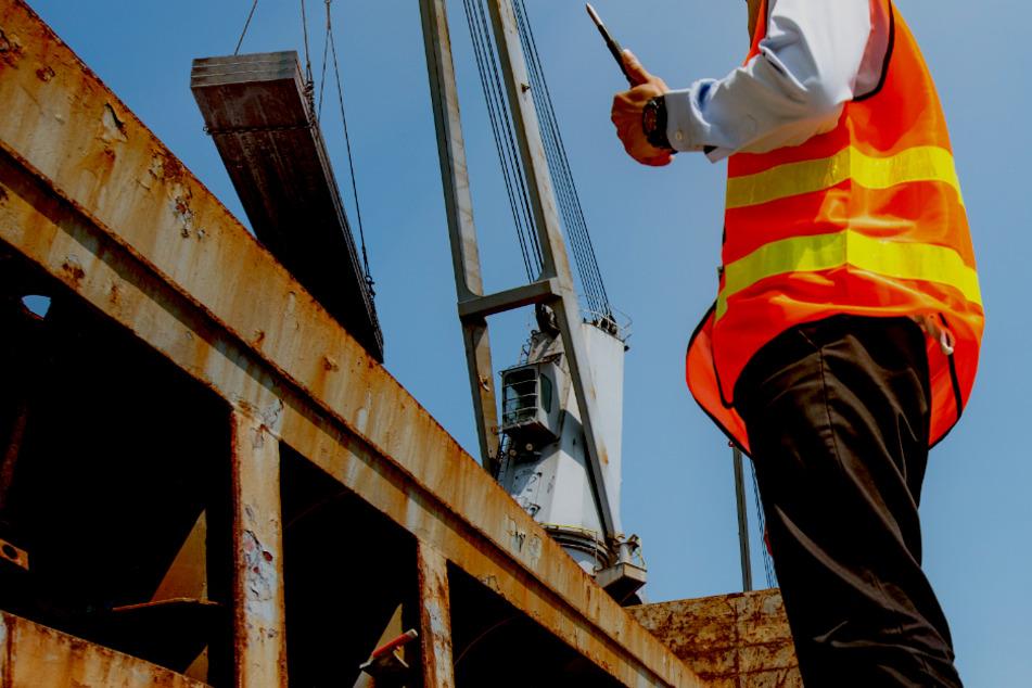 Tödliche Verletzung! Stahlbündel fällt auf Arbeiter