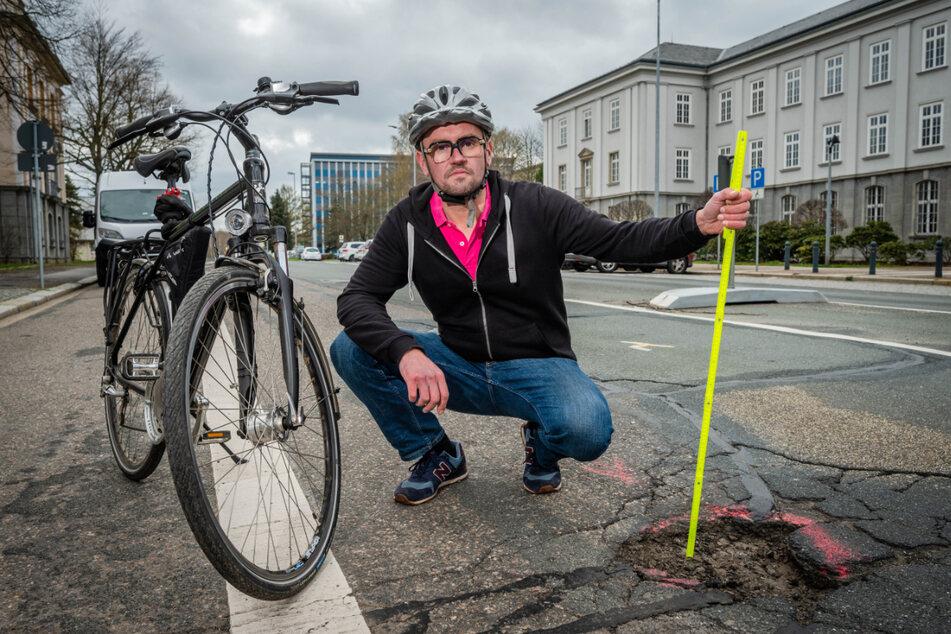 Gefahr für Autoreifen und Radfahrer: Stadtrat Andreas Marschner (40, CDU) an einem Schlagloch in der Jagdschänkenstraße.