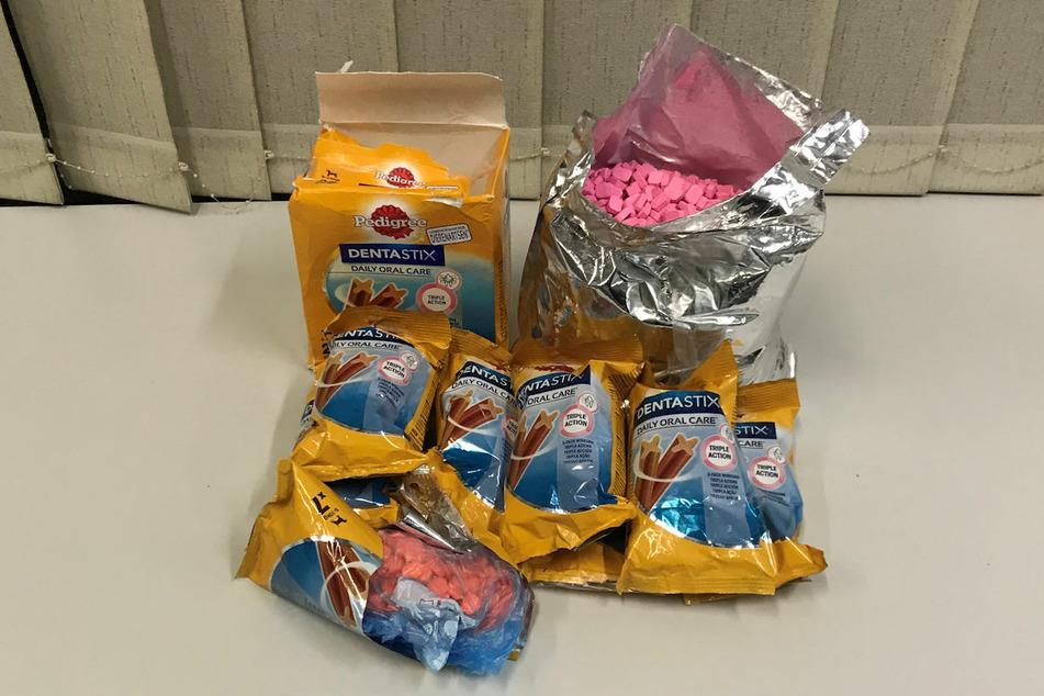 Die Drogenschmuggler hielten sich offenbar für ziemlich einfallsreich und versteckten das Ecstasy in Verpackungen für Hundezahnpflegeprodukte.