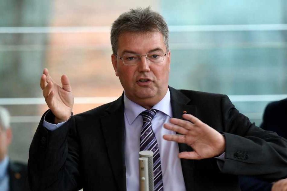 Lars Harms, Fraktionsvorsitzender des Südschleswigschen Wählerverbandes (SSW), spricht während der Landtagssitzung.