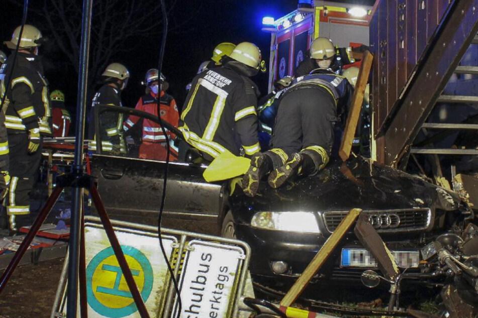 Schwerer Unfall wegen Glatteis: Junger Fahrer schleudert mit Audi gegen Hauswand