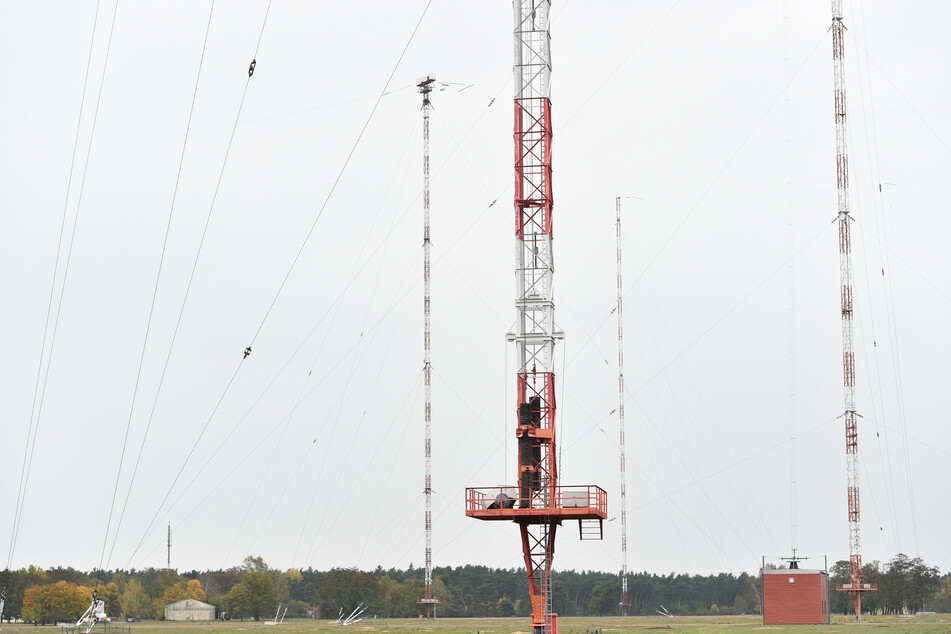 Sendemasten stehen in Mainhausen-Mainflingen auf dem Gelände der von Media & Broadcast betriebenen Rundfunksendestelle. Die Physikalisch-Technische Bundesanstalt in Braunschweig betreibt auf dem Gelände eine Anlage.
