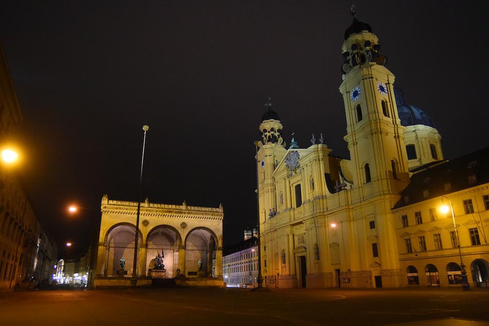 Der Odeonsplatz mit der beleuchteten Theatinerkirche ist gegen 22.20 Uhr am Freitag menschenleer.