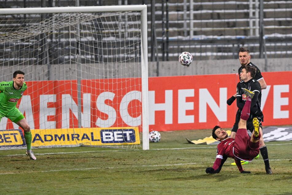 Spektakulär! Dynamos Philipp Hosiner legte einen astreinen Fallrückzieher hin, konnte Schlussmann Rene Vollath aber nicht bezwingen.