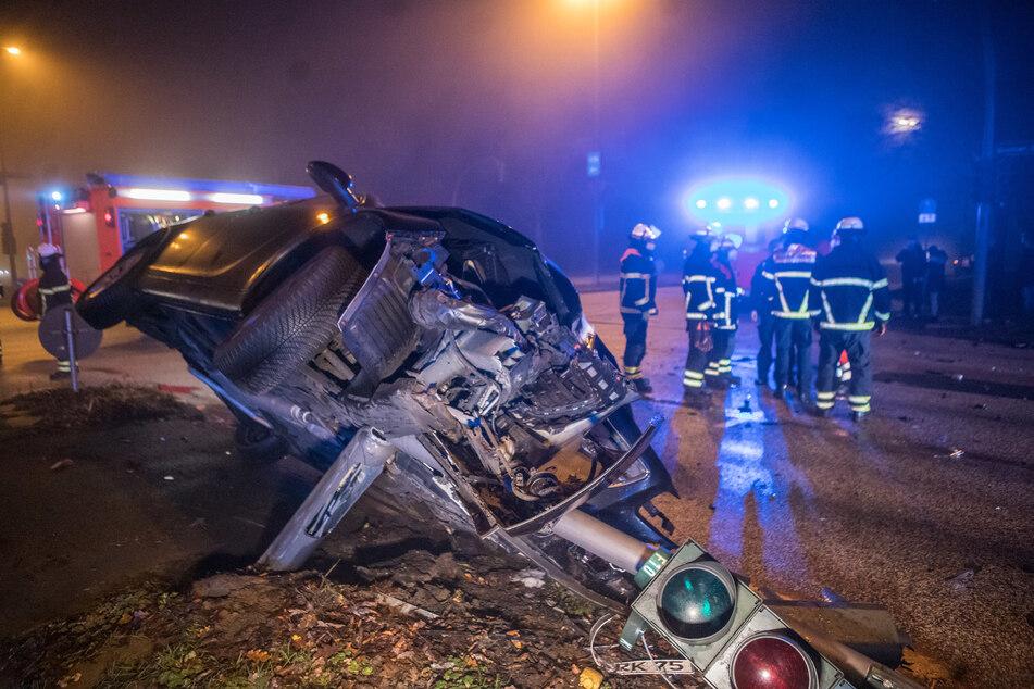 Vorfahrt missachtet und mit Auto gegen Ampel gekracht: Drei Verletzte