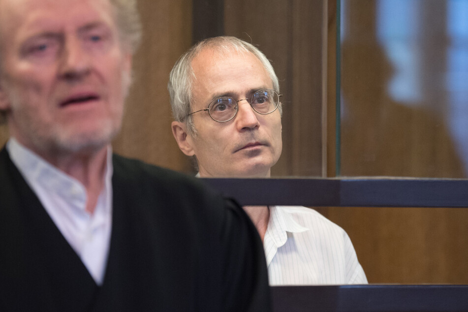 Der Angeklagte Gregor S. (re.) und sein Verteidiger Eckart Wähner stehen bei der Fortsetzung des Prozesses um die tödliche Messerattacke gegen den Berliner Chefarzt Fritz von Weizsäcker.