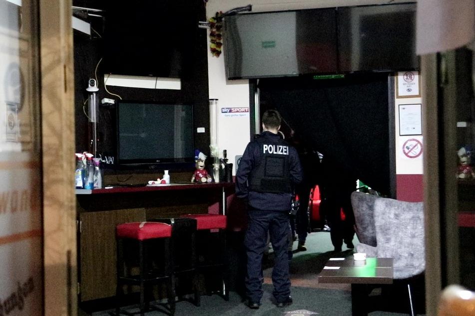 Nach einer Durchsuchung in Alt-Teptow am Freitagabend ermittelt die Polizei gegen vier Menschen.