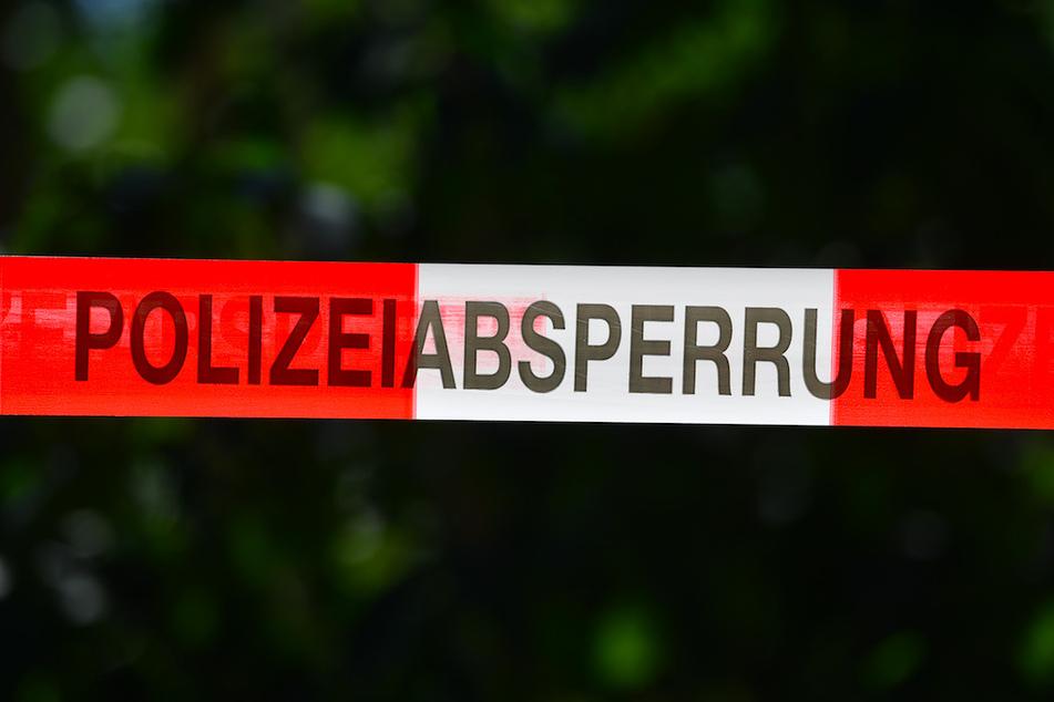 Die Kriminalpolizei Fahne nach einer Person, die sich vom Tatort entfernt haben soll. (Symbolbild)