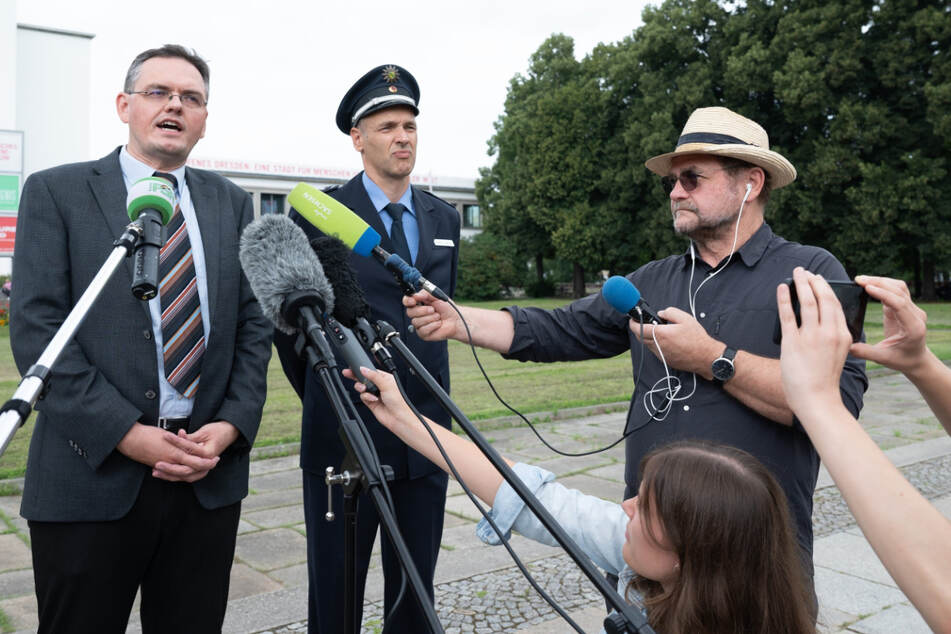 Oberstaatsanwalt Jürgen Schmidt (46, l.) und Polizeisprecher Thomas Geithner (47) zeigten sich zufrieden mit den Durchsuchungen.