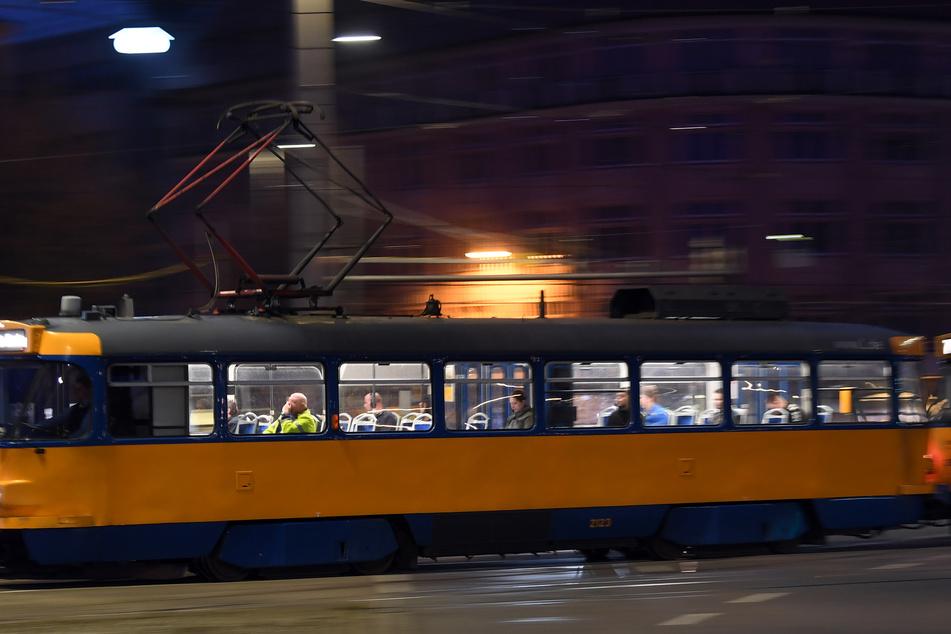 Ein 66 Jahre alter Mann ist in einer Leipziger Straßenbahn überfallen worden. (Symbolbild)