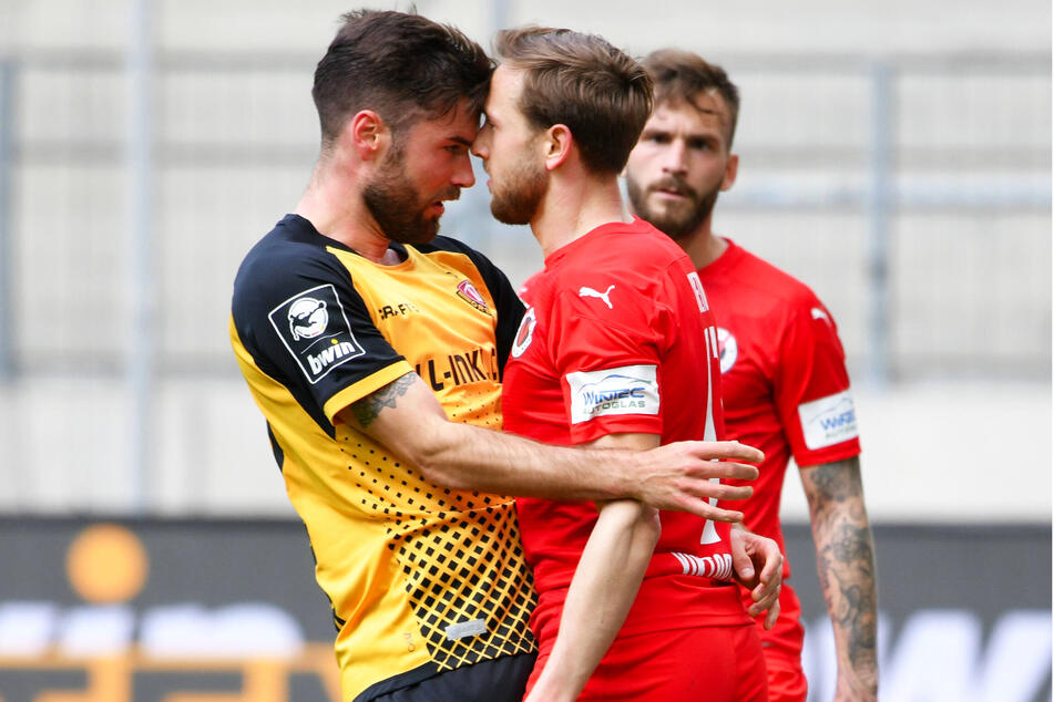 Kleine Meinungsverschiedenheit! Niklas Kreuzer (28, l.) mit Kölns Lucas Cueto (25).