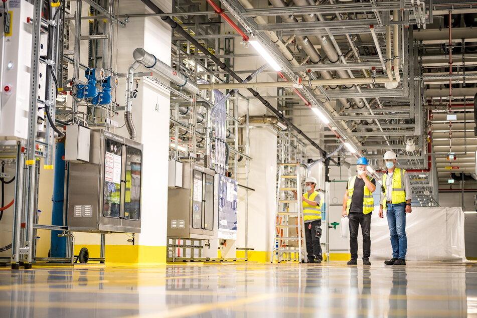 """Ein Blick in die Fabrik der Zukunft: Der """"Subfab""""-Bereich unterm Reinraum versorgt diesen mit Luft, Strom und Gasen. Darum verlaufen hier kilometerweise Rohre."""