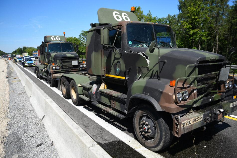 US-Militär-Truck kracht in Lkw und schiebt ihn in Leitplanke