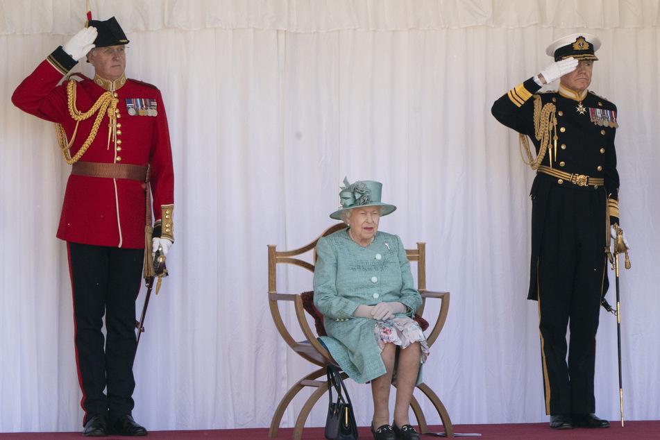Königin Elisabeth II. von Großbritannien sitzt bei einer Zeremonie im Schloss Windsor (Symbolbild).