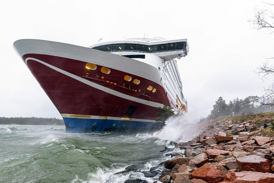 """Das Fährschiff """"Viking Grace"""" war mit 429 Menschen an Bord vor der finnischen Inselgruppe Åland auf Grund gelaufen."""