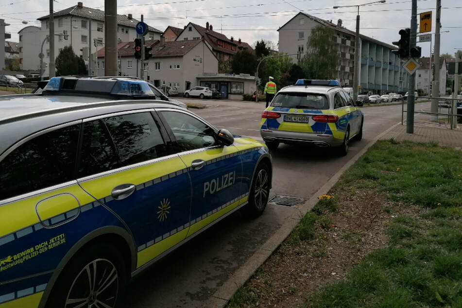 Polizisten kontrollieren den Verkehr an einer Kreuzung in Bad Cannstatt.