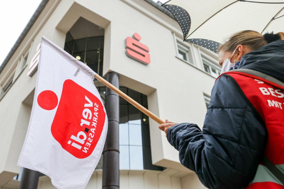Warnstreik in Brandenburg: Sparkassen-Mitarbeiter legen Arbeit nieder