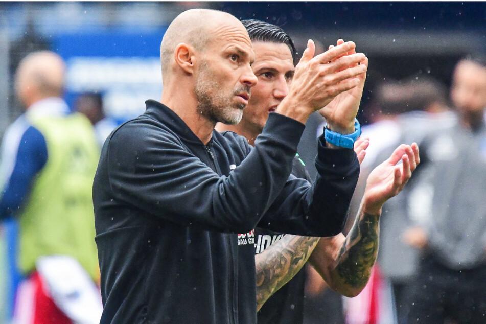 Trainer Alexander Schmidt (52, l.) zollte seiner Mannschaft nach dem 1:1 beim HSV Beifall für deren starken Auftritt.