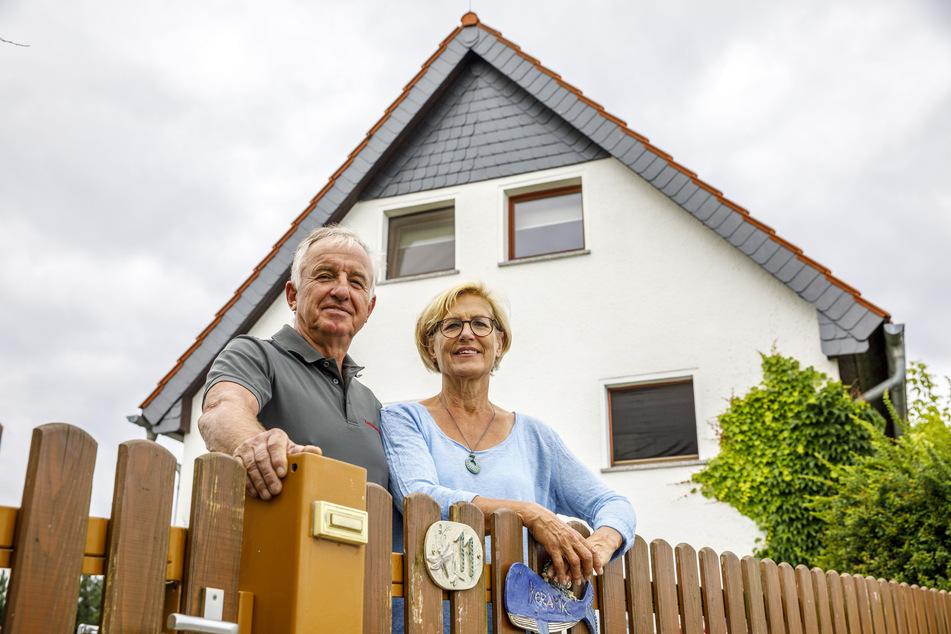 Jürgen (68) und Angelika Peters (64) wohnen mit Dutzenden Fledermäusen unter einem Dach.