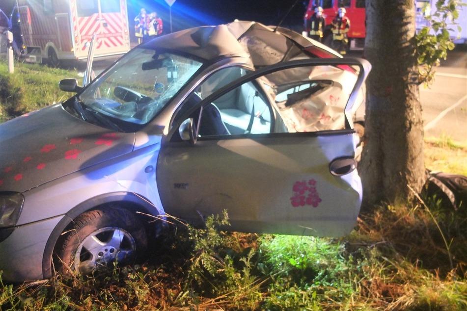 Auto kracht gegen Baum: Fünf Verletzte nach Unfall in der Eifel