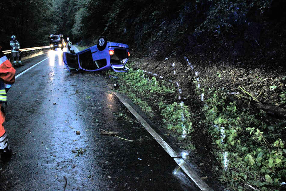 Bei einem Unfall in Odenthal hat sich ein Autofahrer (18) mit seinem Kleinwagen überschlagen.