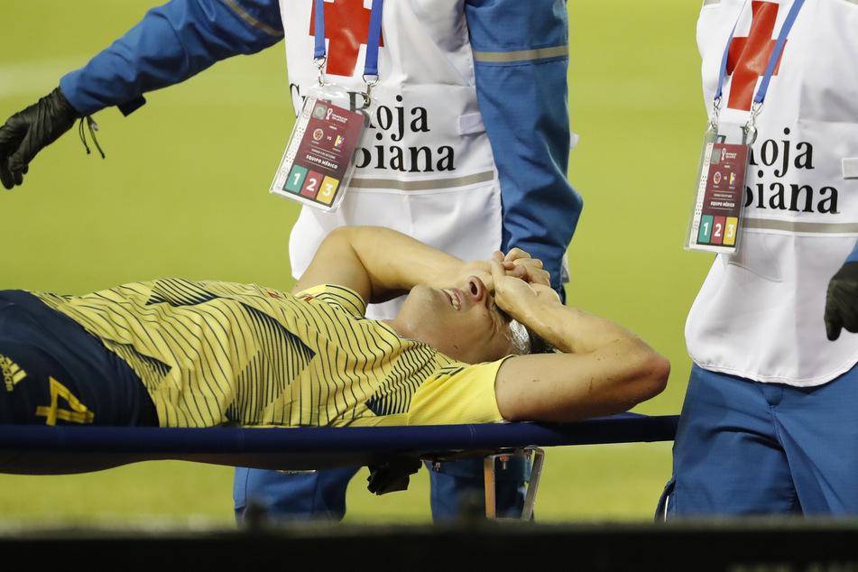 Ärzte tragen den verletzten Santiago Arias auf einer Bahre über das Spielfeld.