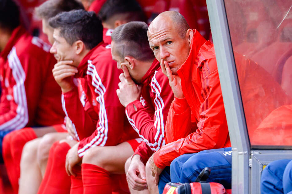 Bilder wie dieses dürften jedem Fußballfan noch im Kopf sein. Arjen Robben und seine Mimik, wenn er nicht spielen darf.