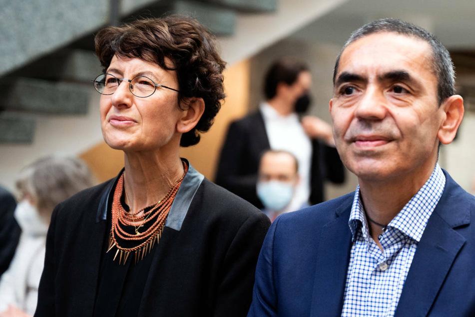 Ugur Sahin (r.) und Özlem Türeci, die Menschen hinter dem Corona-Impfstoff des Mainzer Unternehmens Biontech, werden mit dem den Paul Ehrlich- und Ludwig Darmstaedter-Preis 2022 in Frankfurt ausgezeichnet.