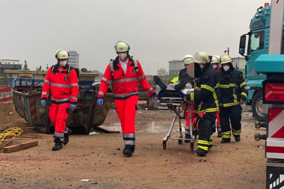 Rettungskräfte helfen einem der Kranfahrer in der Hafencity.