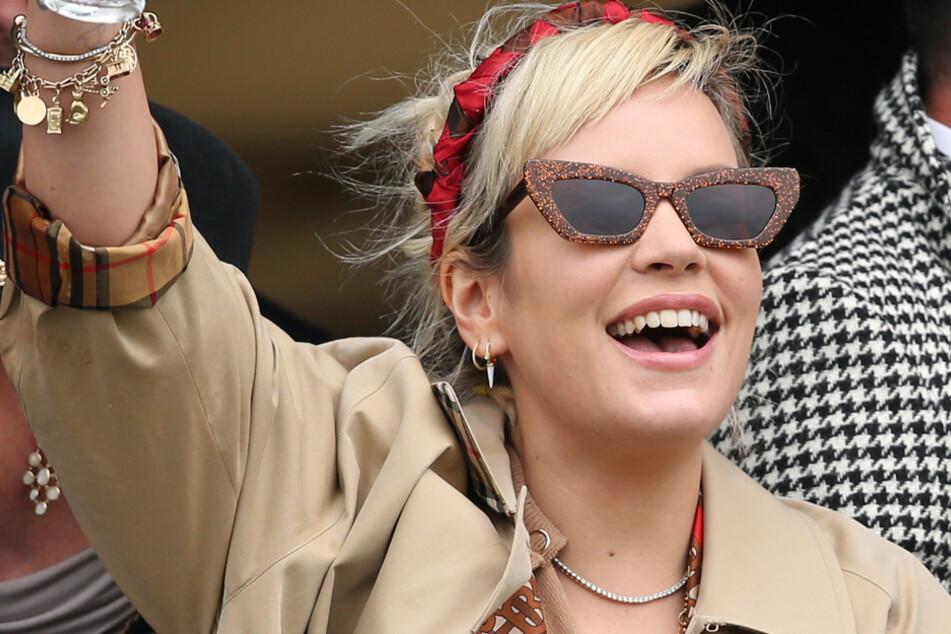 Lily Allen (35), Sängerin aus Großbritannien, lacht während des Gold Cup Day des Cheltenham Festivals.