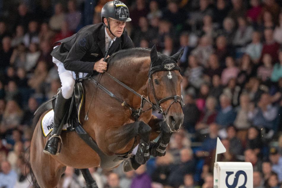 Stuttgart: Marcus Ehning aus Deutschland springt mit seinem Pferd Comme Il Faut über ein Hindernis. (Archivbild)