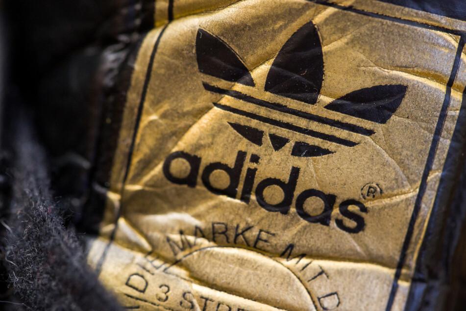 Das Logo des Sportartikelherstellers Adidas auf einem Schuh.