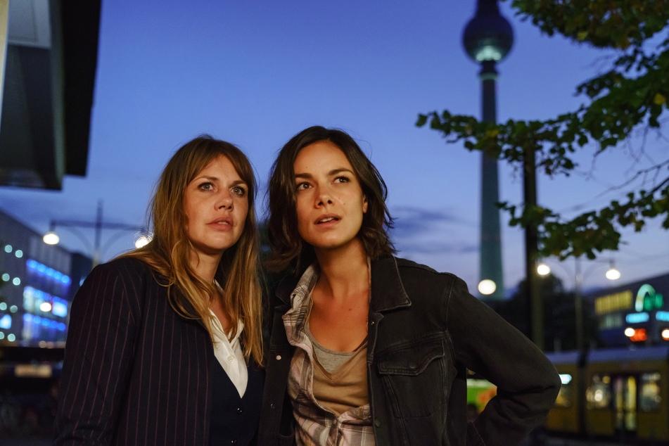 """An der Seite vonFelicitas Woll (40, l.) ist Janina Uhse (30) im neuen Film """"Berlin, Berlin"""" zu sehen."""